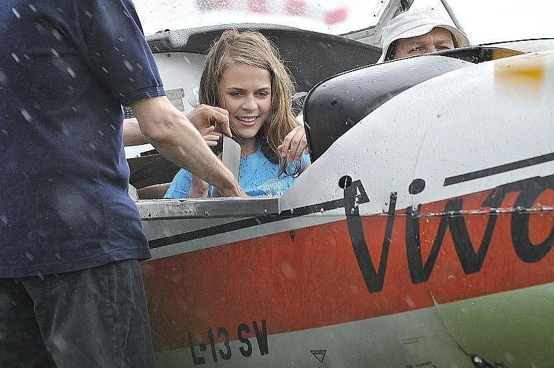 Finalistky Miss Polabí 2011 se o víkendu proletěly nad kolínským letištěm.