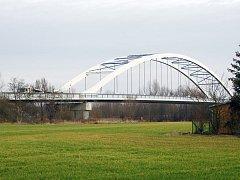 Silnici z Litole na Starý Vestec, včetně mostu přes Labe, si vezmou do parády silničáři příští rok.