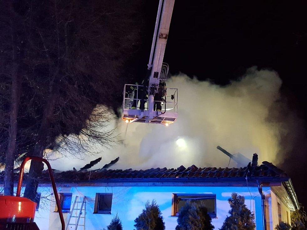 Požár rodinného domu v Nových Jirnech na Praze-východ.