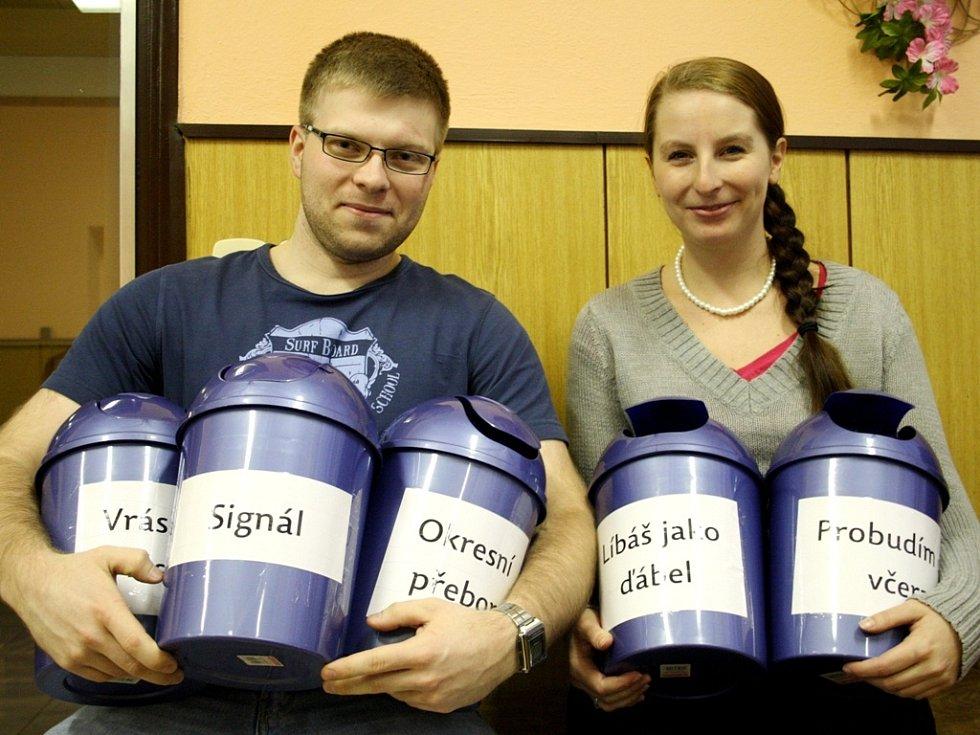 """SYMPATIČTÍ organizátoři Filmové zimy v Libici nad Cidlinou se svými hlasovacími """"popelnicemi""""."""