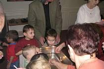 Děti si užily vánoční večer s babičkami a dědečky.