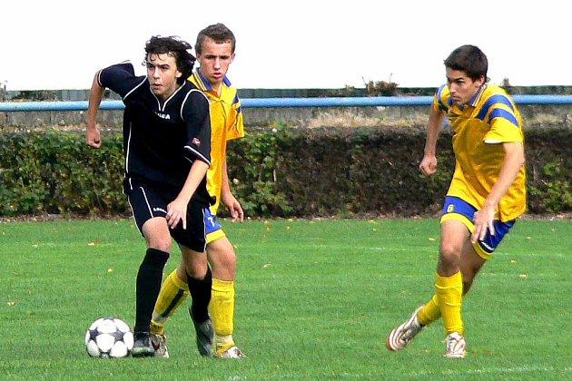 Mladší dorost Unionu Čelákovice (v černém) dostal doma pět gólů.