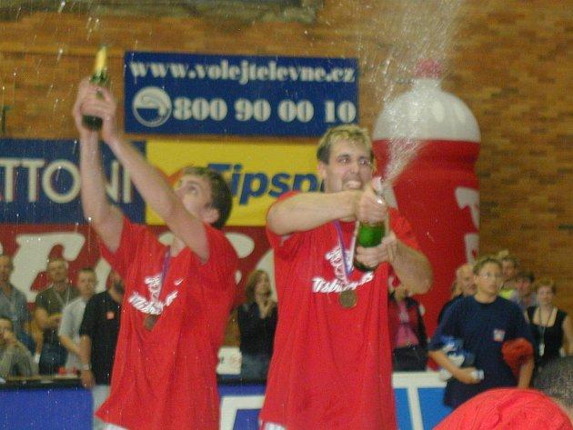 Poteče šampaňské proudem? Basketbalisté Nymburka jsoublízko čtvrtého titulu mistra České republiky.