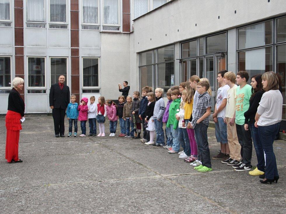 Tři lodě pokřtili v amfiteátru Základní školy Václava Havla poděbradkou.