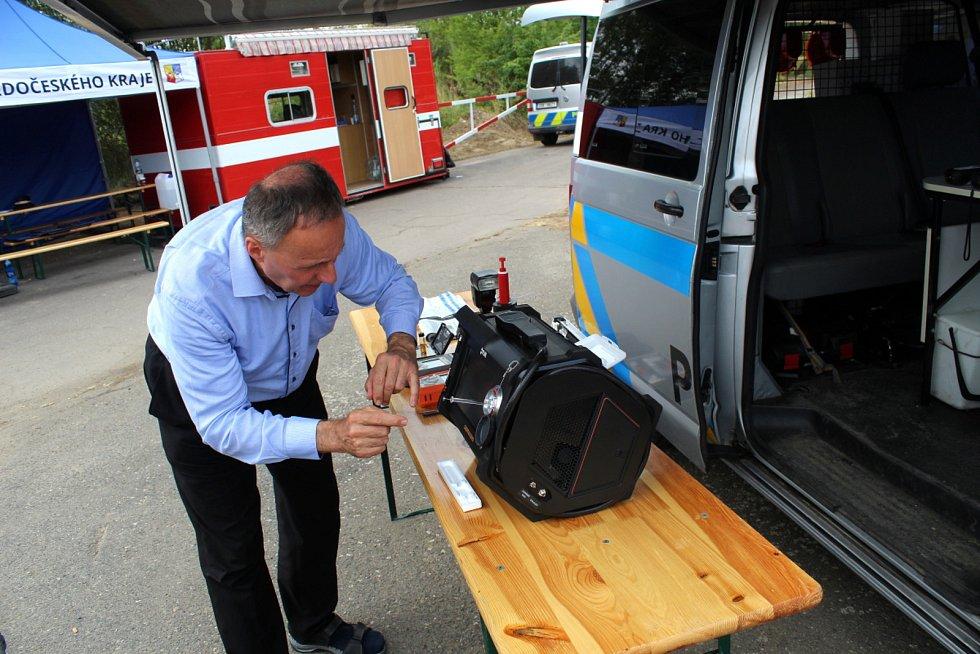 Policisté na milovickém festivalu spolupracovali s celníky i akademiky při odhalování drogových deliktů. Přivezli si originální přístroj, plynový chromatograf.
