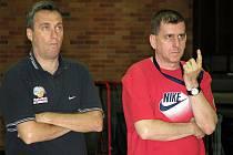 Basketbalisté Nymburka trénují pod dohledem Muliho Katzurina (vpravo) a Ronena Ginzburga.