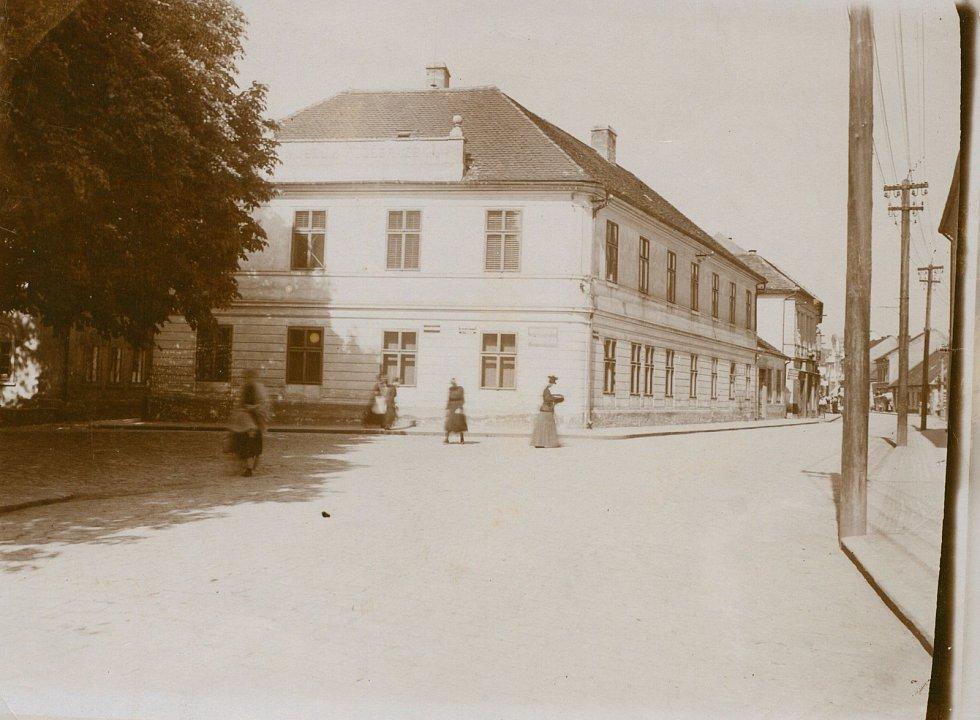 Do roku 1905 chlapecká škola, dnes je tu Polabské muzeum.