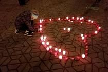 Na pěší zóně se objevily svíčky ve tvaru známého havlovského srdce.