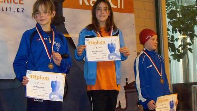 Plavkyně nymburského klubu SKP Lucie Ešnerová (uprostřed) získala v Litoměřicích zlatou medaili
