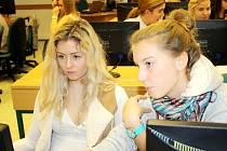 Studenti třetího ročníku Obchodní akademie Lysá nad Labem při práci v projektu.