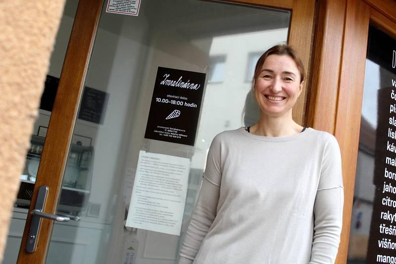 Majitelka Kateřina Willmann u své zmrzlinárny.