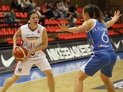 Z utkání Nymburk - Basket Landes (82:61).
