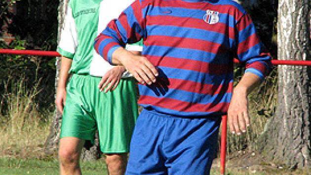 Z utkání I.B třídy Loučeň (v modročerveném) - Polaban Nymburk B (3:0).