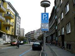 Odkryté značení už opravňuje parkovat jen rezidenty s kartou.