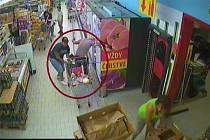 Byl čtvrtek 17. srpna a 71letá žena se při nákupu potravin v Úvalech na Praze-východ soustředila na výběr zboží z chladicího boxu. Její nepozornost umožnila neznámému muži, aby jí z kabelky zavěšené na nákupním vozíku v nestřežené chvíli sebral peněženku.