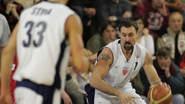 Z basketbalového derby Mattoni NBL Poděbrady - Nymburk (76:103)