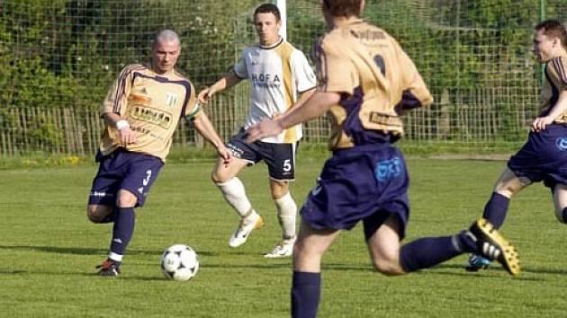 Zatímco Rožďalovice v čele s ostrostřelcem Slunéčkem (u míče) postoupily dál, Litol v poháru skončila.