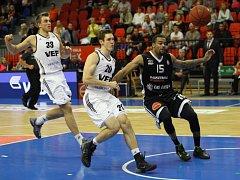NA VLNĚ VÍTĚZSTVÍ. Basketbalisté Nymburka (v tmavém) doma porazili i mužstvo VEF Riga. Je to už jejich pátá výhra na domácí palubovce ve VTB lize