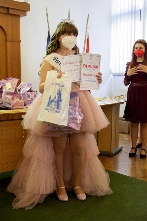 Soutěž Dívka Polabí se letos konala distančně. Její účastnice se v sobotu sešly na nymburské radnici a došlo na vyhlášení výsledků.