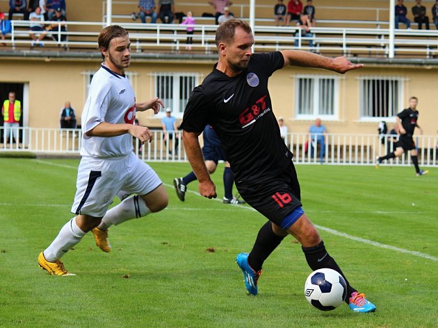 PÁLIL OSTRÝMI. Fotbalový útočník Unionu Čelákovice Petr Pánek (vlevo v bílém) nastřílel v posledním kole čtyři branky. Pomohl tak svému celku k vítězství 6:0 nad týmem Horek nad Jizerou