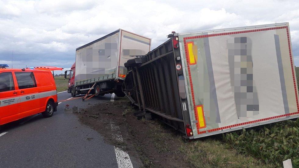 Jednotka HZS Říčany zasahovala u Pacova na Praze-východ u nákladního automobilu s přívěsem, jehož zadní část se převrátila. Hasiči po příjezdu vozidlo stabilizovali.