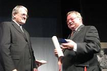 Režisér Adolf Toman (vpravo) převzal od starosty Ladislava Kutíka ocenění Nymburský lev 2. třídy