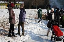 Zamrzlé Jezero v Poděbradech se změnilo v hokejové a bruslařské plácky