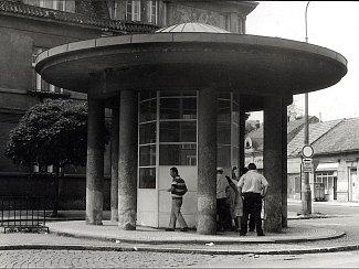 K lázeňskému městu neodmyslitelně patří prameny s minerální vodou Poděbradskou. Poměrně radikálních změn doznávají některá místa, kde veřejnost může dodnes blahodárnou tekutinu volně čerpat. Na snímku z roku 1982 je pramen z Riegrova náměstí.