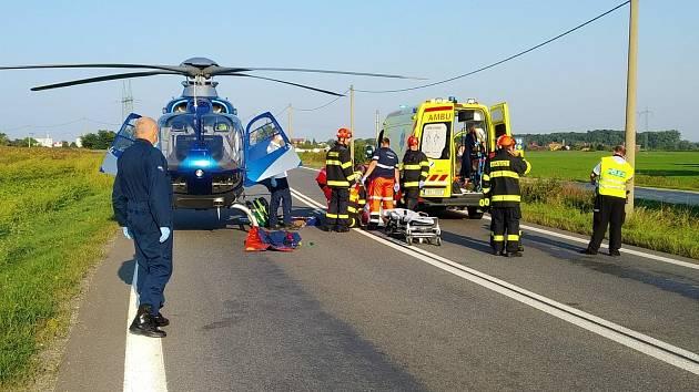 Pro popáleného muže přiletěl záchranářský vrtulník.