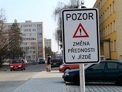 Po desítkách značek zůstaly na sídlišti jen kovové patky. Cedule o změně přednosti v jízdě varují přijíždějící řidiče.