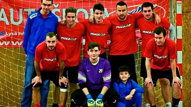 TÝM ŘÍZKŮV VÝBĚR skončil na pražském futsalovém turnaji na třetím místě. V dresu bronzového mužstva se objevili i Jiří Skalák (vlevo dole) a David Frič (vpravo dole)