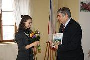 Krasobruslařka Anna Dušková z Lysé nad Labem se starostou Karlem Otavou.