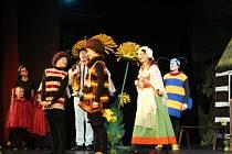 V rámci sobotní pohádky viděli rodiče s dětmi v Hálkově divadle příběhy včelích medvídků.
