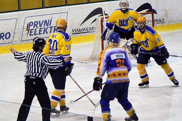 Hokejisté Nymburka přivítají v úterý na svém ledě celek Klášterce nad Ohří. Stav série prvního kola play off je po dvou zápasech na ledě Klášterce nerozhodný 1:1