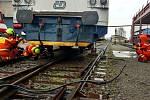 Motorový vlak se pomocí hydrauliky podařilo dostat zpět na koleje.