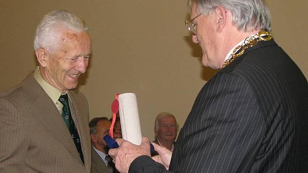Miroslav Pavelec (vlevo) převzal na konci roku 2010 Nymburského lva z rukou tehdejšího starosty Ladislava Kutíka.