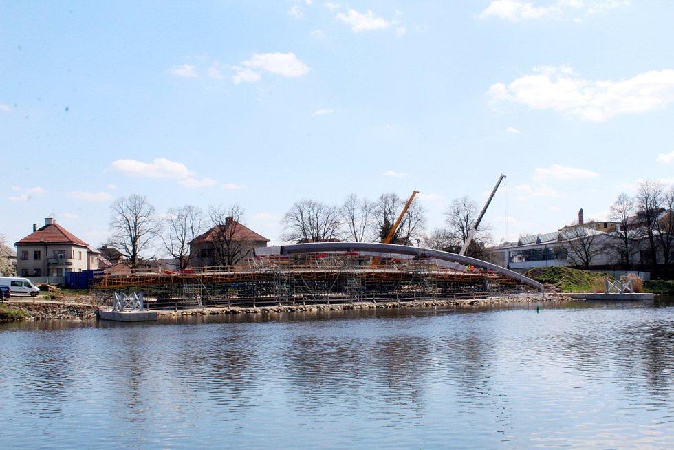 Oblouk, který bude nejsilnějším vizuálním prvkem lávky, roste na břehu u Hrabalova posezení.