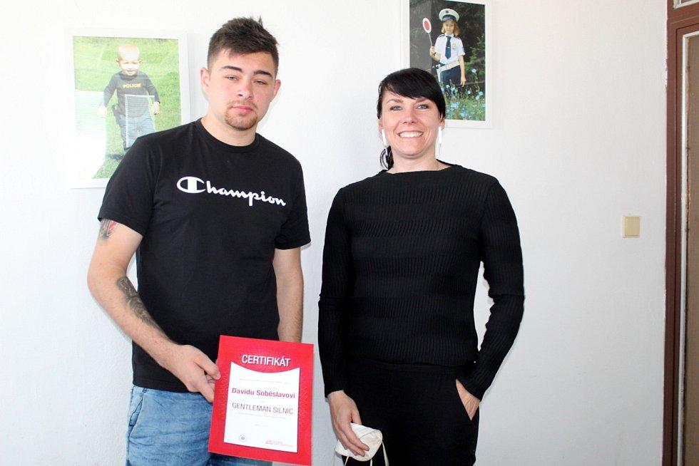 Titul Gentleman silnic předala Davidovi ředitelka projektu Ivana Buriánková
