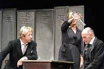Abonentní divadelní sezónu v Poděbradech zahájilo Dejvické divadlo s netradičním zpracováním Shakespearova Hamleta.