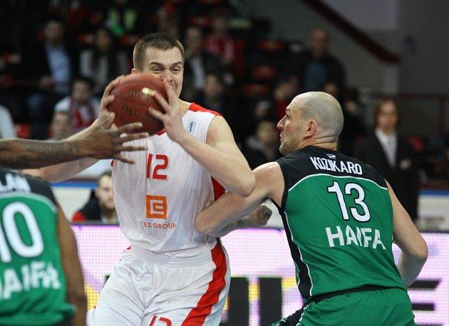Z utkání basketbalového Eurocupu Nymburk - Maccabi Haifa (68:53)