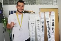 Jan Vurm v redakci Nymburského deníku se všemi svými trofejemi.