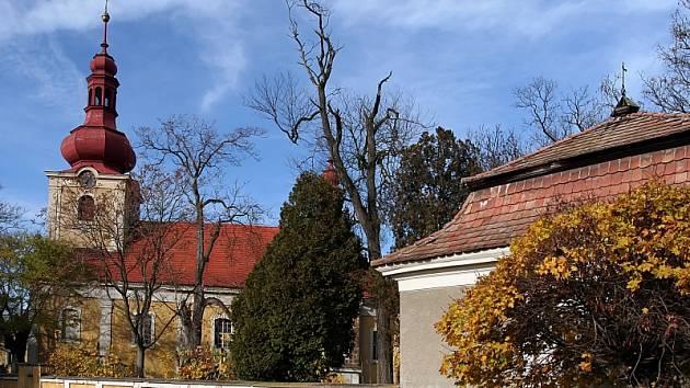 Kostel svatého Gotharda a přilehlá kostnice v žehuni