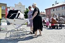 Ze srazu historických kočárků a reborn panenek v Nymburce.