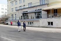 Jindy rušné srdce lázeňského města se v době nouzového stavu stalo promenádou jen pro jednotlivce.