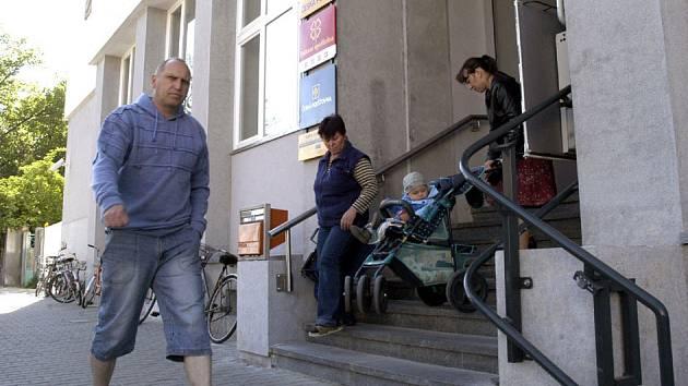 Pošta v jiráskově ulici se včera po rekonstrukci konečně otevřela zákazníkům.