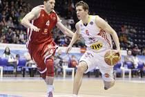 ZASE STOVKA. Košíkáři Nymburka (hrají v červeném) vyhráli také v Pardubicích, domácím dali sto bodů.