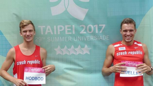 BRONZOVÍ HOŠI. Atleti Lukáš Hodboď (vlevo) a Vít Müller z Nymburka vybojovali v barvách české reprezentace na Světové univerziádě třetí místo ve štafetě na 4 x 400 metrů.