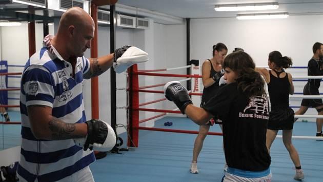 Rudolf Kraj (vlevo) při tréninku s mladou boxerkou Jeníkovou