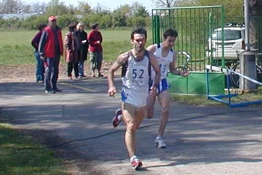 Na tartanový ovál vběhl jako první Havelka (vpředu), ale v samotném závěru měl více sil turnovský Dědeček a vyhrál.