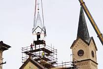 Instalace opravené věžičky na kostel sv. Václava ve Velelibech.
